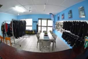 sharkdiving-proteabanks-afridive-shop-divervilla-basecamp-022